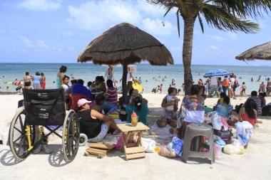 Familias disfrutan fin de semana largo en la playa